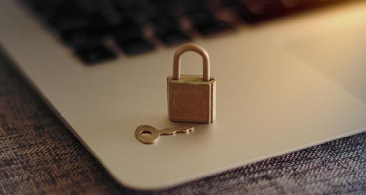 クレジットカードのデメリットとして個人情報漏洩や不正利用がある